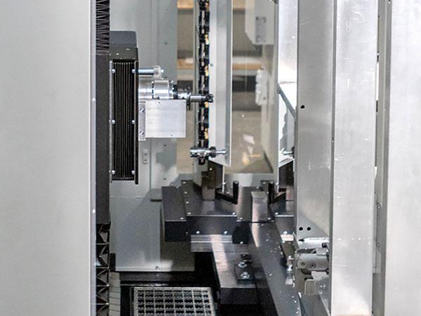Arbeitsraum mit Fahrständer, Fräskopf und Werkzeugwechsler – HK-CON Bearbeitungszentrum für Batterieträger – E-Mobilität – e-mobility